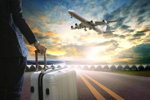 Atraso de voo - homem com mala