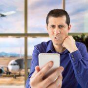 Homem bravo com cancelamento de seu voo